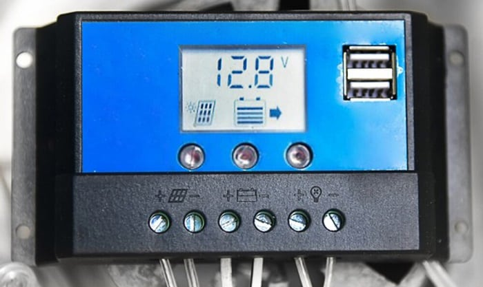 how does a solar charge controller work